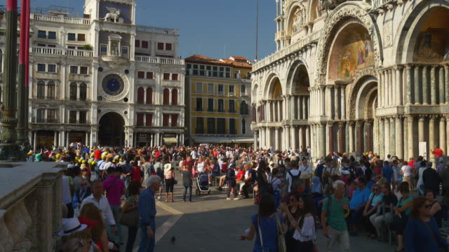 義大利日落時間著名威尼斯市聖馬哥孛擁擠的大教堂全景 4 k - 廣場 個影片檔及 b 捲影像