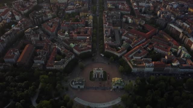 Italie coucher du soleil milan ville célèbre arche de panorama aérien de paix 4k - Vidéo