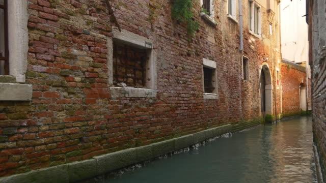italien venedig stad dag tid tegelbyggnad wall kanalen panorama 4k - walking home sunset street bildbanksvideor och videomaterial från bakom kulisserna