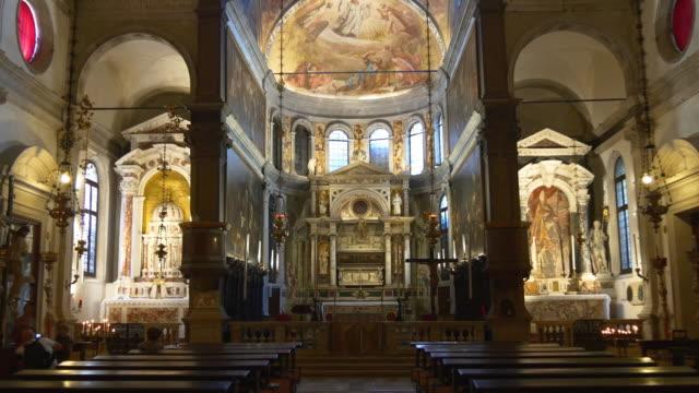 italien venedig stadens berömda katedral inuti interiör panorama 4k - basilika katedral bildbanksvideor och videomaterial från bakom kulisserna