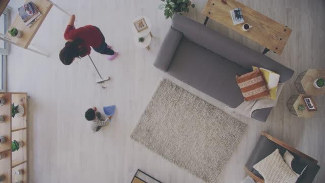 her şey küçük tutarlı çabalarla ilgili. - ev temizleme stok videoları ve detay görüntü çekimi