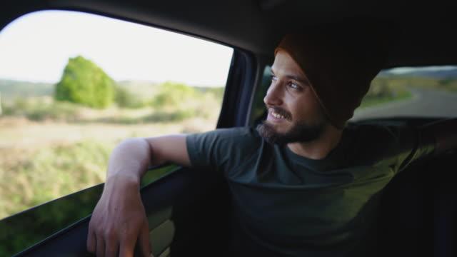 è difficile non essere felici in viaggio - barba peluria del viso video stock e b–roll