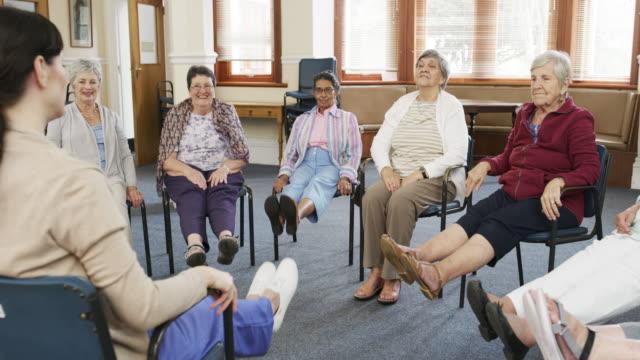 この年齢で少し運動することが重要です - 老人ホーム点の映像素材/bロール