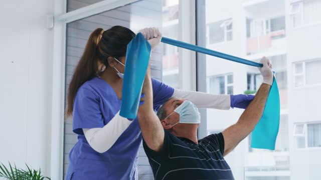 근육을 활성 상태로 유지하는 것이 중요합니다. - physical therapy 스톡 비디오 및 b-롤 화면