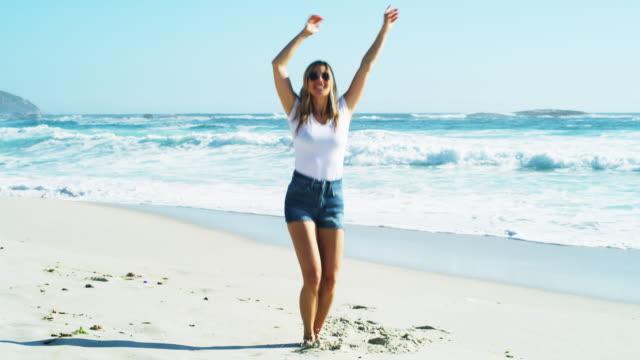 det är omöjligt att inte vara lycklig på stranden - blåsa en kyss bildbanksvideor och videomaterial från bakom kulisserna