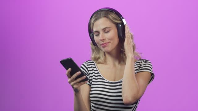 telefonundaki parti gibi. - kulaklık seti ses ekipmanı stok videoları ve detay görüntü çekimi
