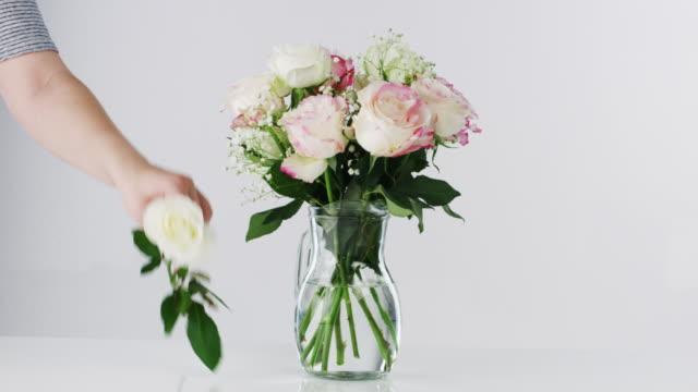 vídeos de stock e filmes b-roll de it's not a home without flowers - molho arranjo