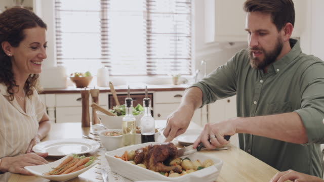 vídeos de stock e filmes b-roll de it's not sunday lunch without roast chicken - jantar assado