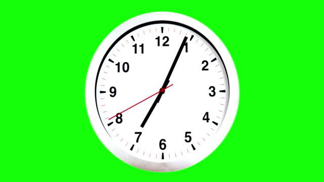 vídeos de stock, filmes e b-roll de é 07:00 já, hora de acordar para o pequeno almoço, relógio de parede moderno alarme metálico branco na tela verde chave de croma - cronômetro instrumento para medir o tempo