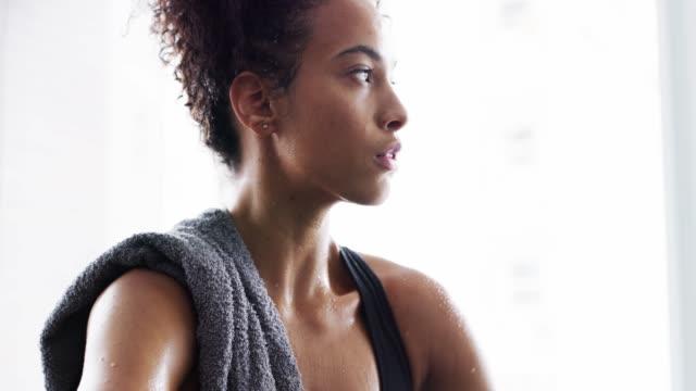 det är dags att få slet - black woman towel workout bildbanksvideor och videomaterial från bakom kulisserna