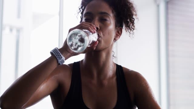 stockvideo's en b-roll-footage met het is moeilijk, maar het is de moeite waard - woman water