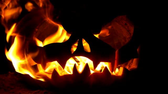 vídeos y material grabado en eventos de stock de jack o linterna en el fuego - halloween