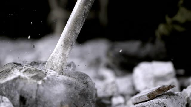 presslufthammer längeren rock (super zeitlupe) - stein baumaterial stock-videos und b-roll-filmmaterial