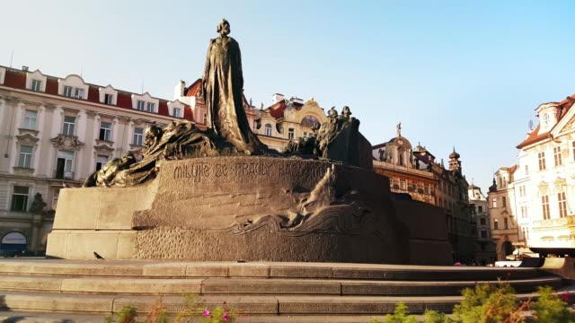 vidéos et rushes de mémorial de jan hus à prague old town square - prague