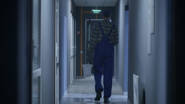 janitor reinigung eines korridors - eimer stock-videos und b-roll-filmmaterial