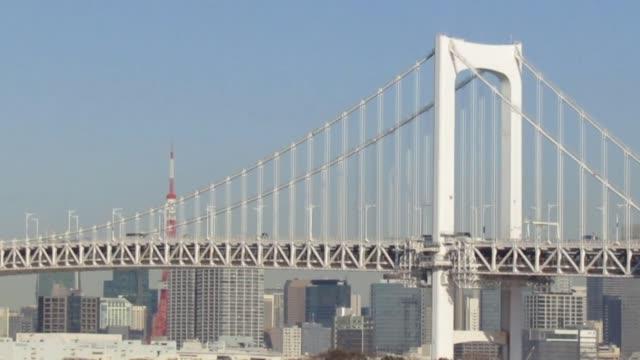 januari. tokyo. trafik genom rainbow bridge till och från odaiba. - odaiba kaihin koen bildbanksvideor och videomaterial från bakom kulisserna