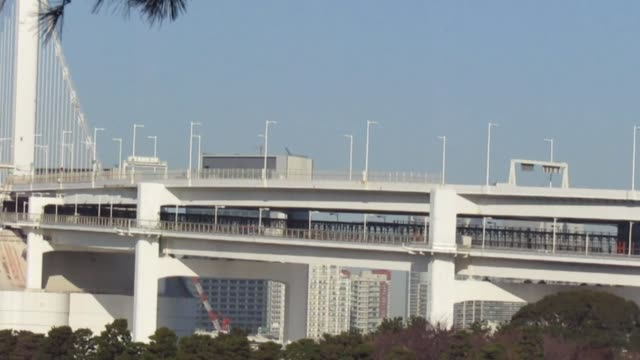 januari. tokyo. trafik genom regnbågsbron till och från odaiba. - odaiba kaihin koen bildbanksvideor och videomaterial från bakom kulisserna