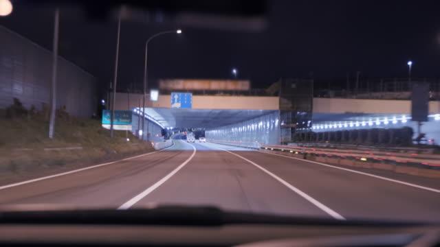 vidéos et rushes de réseau logistique du japon, autoroute la nuit - wagon