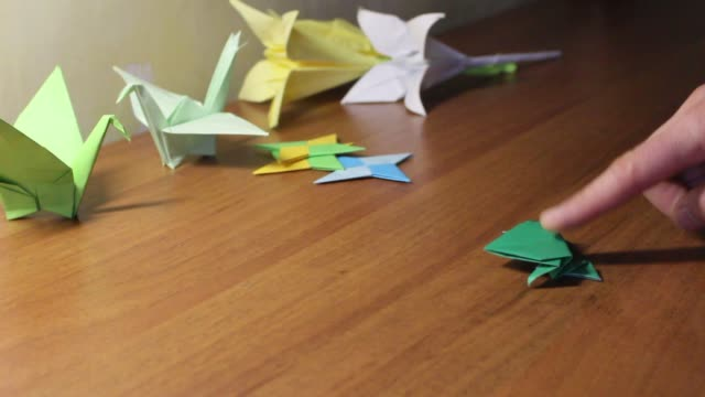 How to make a simple origami frog | Natural History Museum | 360x640