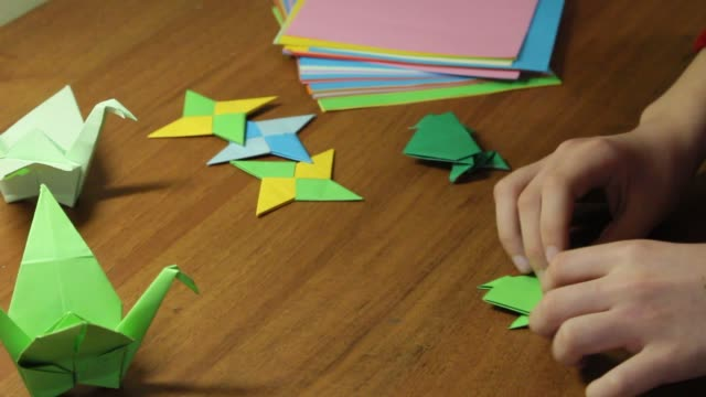 japan origami. paper frogs and birds. - prodotto d'artigianato video stock e b–roll