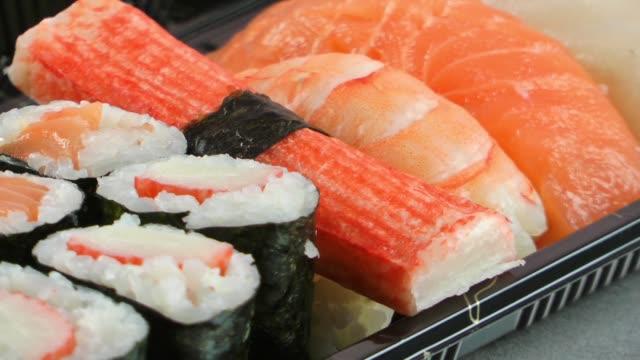 japan traditionelle sere sushi rohfisch - japanisches essen stock-videos und b-roll-filmmaterial