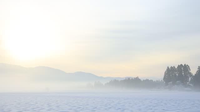 日本冬の朝日の出と雪景色 - 冬点の映像素材/bロール
