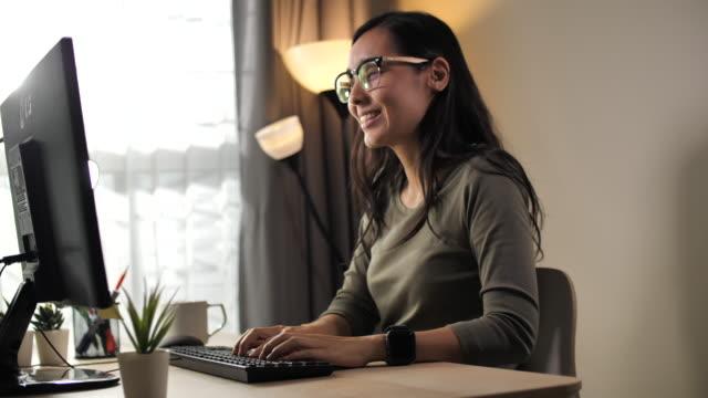 在宅勤務の日本女性 - パソコン点の映像素材/bロール