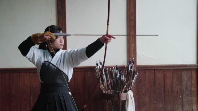 japanische bogenschütze zielt und nahm ihren schuss - trefferversuch stock-videos und b-roll-filmmaterial