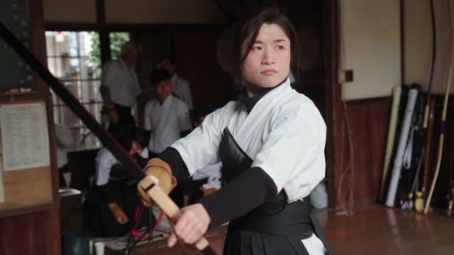 日本の射手は、彼女の矢を nocking し、彼女のショットを取る - 武道点の映像素材/bロール