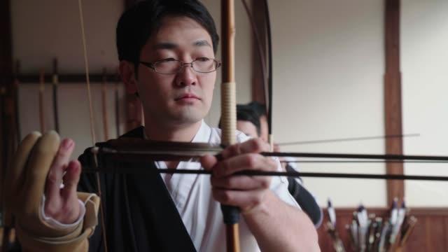 日本の射手 nocking 彼の矢 - 武道点の映像素材/bロール