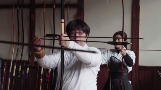 弓を構える日本の射手 - 武道点の映像素材/bロール