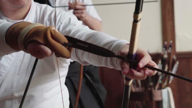 弓を準備日本の射手 - 武道点の映像素材/bロール