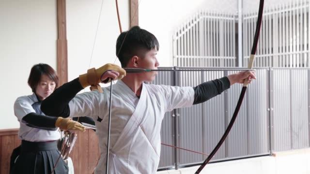 日本の射手は道場で練習する - 武道点の映像素材/bロール