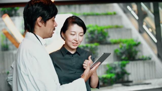 デジタル タブレットを使用して ms 日本ビジネス部門の同僚 - ビジネスマン点の映像素材/bロール