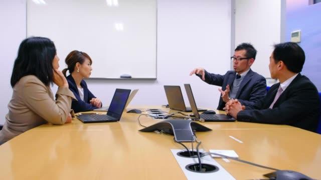 オフィスにいる日本のビジネスマン - 日本人のみ点の映像素材/bロール