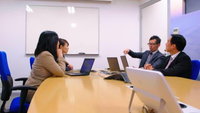 オフィスにいる日本のビジネスマン - 日本文化点の映像素材/bロール