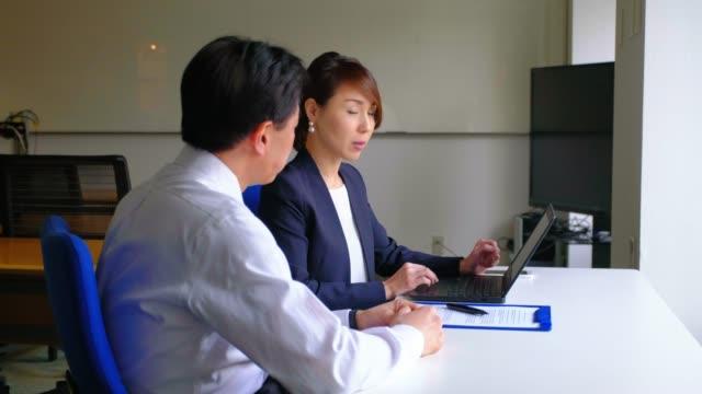 vidéos et rushes de gens d'affaires japonais dans le bureau - seulement des japonais