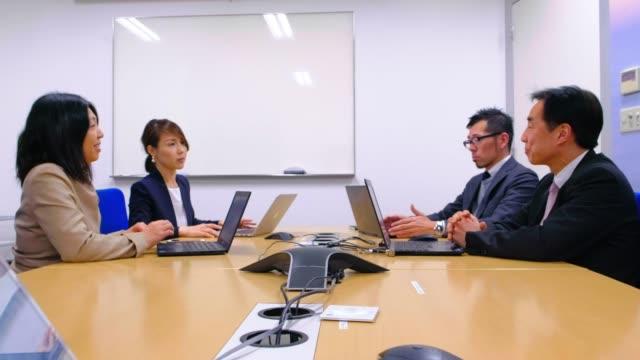 vidéos et rushes de gens d'affaires japonais dans le bureau - culture japonaise