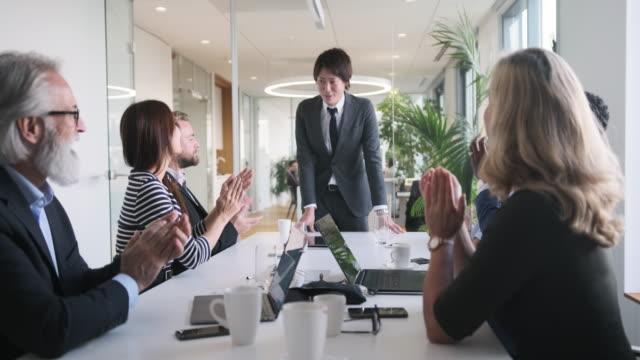Japanse Zakenman die in Erkenning van Applaus buigt video