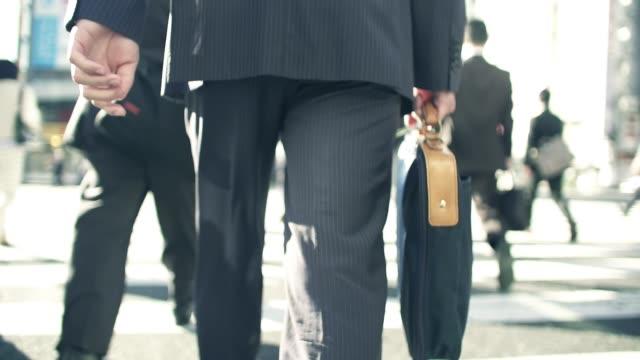 朝仕事に行く日本のビジネスマン - ビジネスマン点の映像素材/bロール
