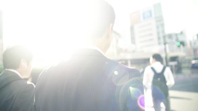 vidéos et rushes de homme d'affaires japonais aller pour travailler le matin - seulement des japonais