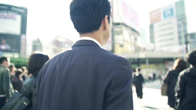 朝仕事に行く日本のビジネスマン - 後ろ姿点の映像素材/bロール