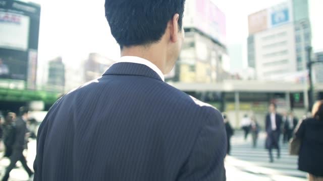 朝仕事に行く日本のビジネスマン - 通勤点の映像素材/bロール