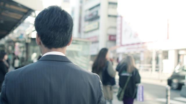 朝仕事に行く日本のビジネスマン - サラリーマン点の映像素材/bロール
