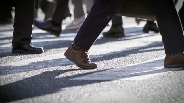 朝仕事に行く日本のビジネスマン - 雑踏点の映像素材/bロール