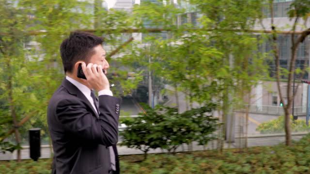 携帯電話で話す日本の実業家 - サラリーマン点の映像素材/bロール