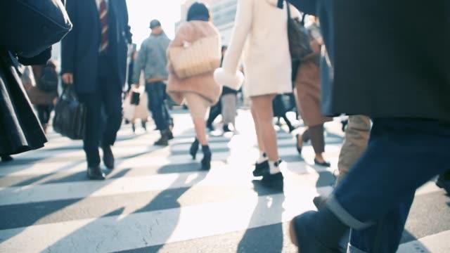 動作するように歩いている日本のビジネスマン - 雑踏点の映像素材/bロール