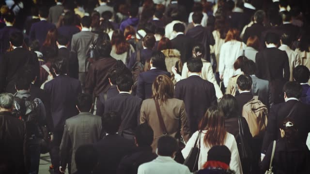 仕事に歩く日本人ビジネスマン - 通勤点の映像素材/bロール