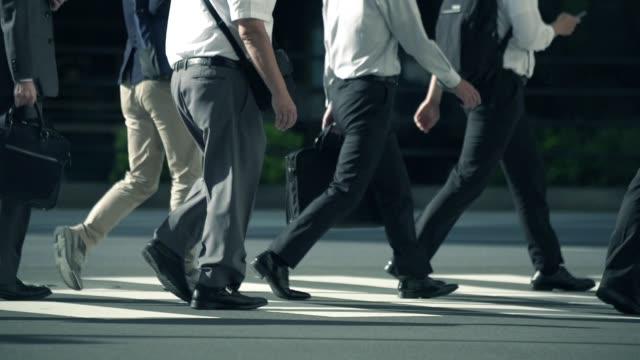 仕事に歩く日本人ビジネスマン - サラリーマン点の映像素材/bロール