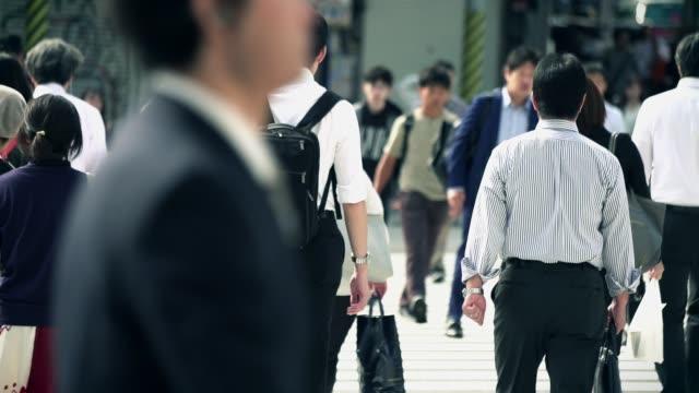 仕事に歩く日本人ビジネスマン - 雑踏点の映像素材/bロール